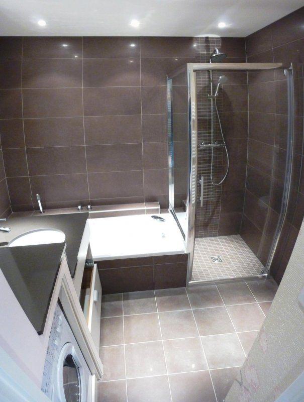 baignoire et douche dans petite salle de bain