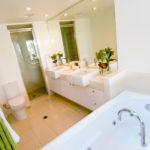 Salle de bain avec douche et baignoire