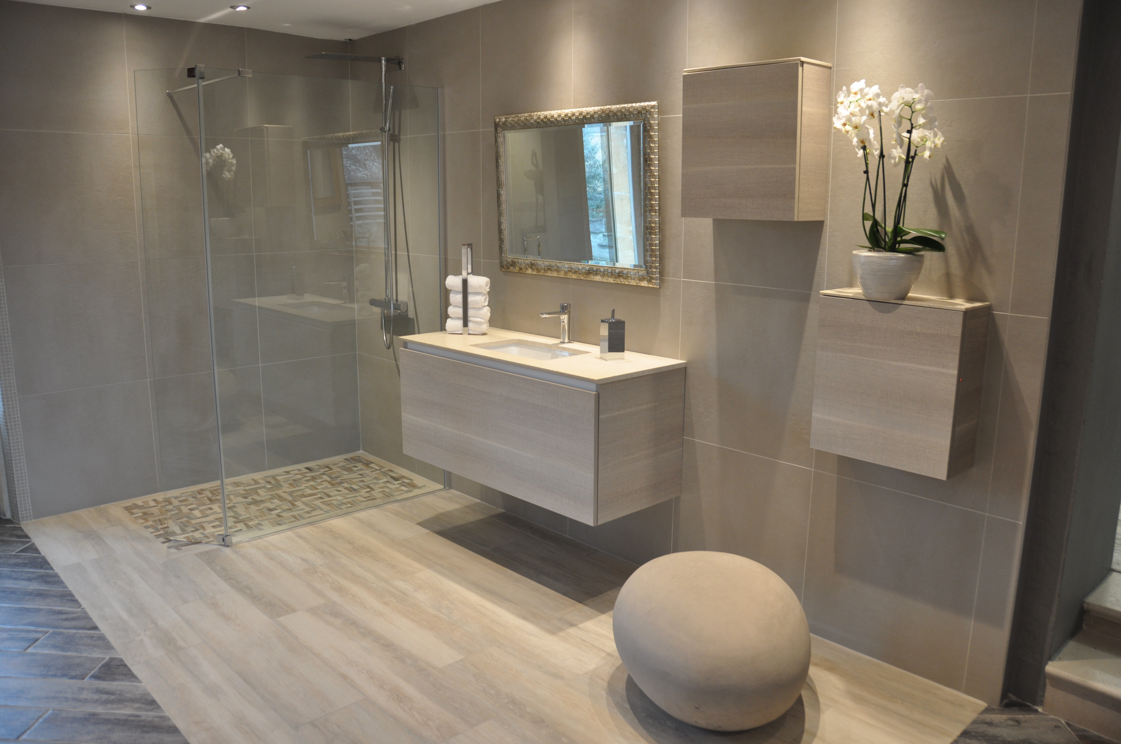 Salle de bain avec douche italienne et baignoire